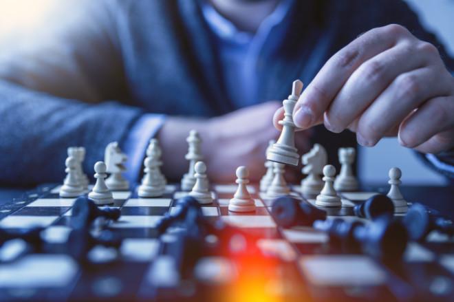 Professional die een strategische schaakbeweging maakt