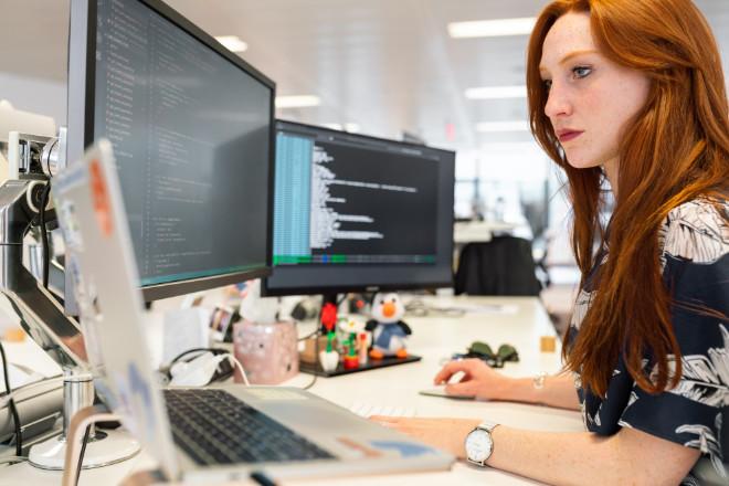 IT-professional die op een computer werkt